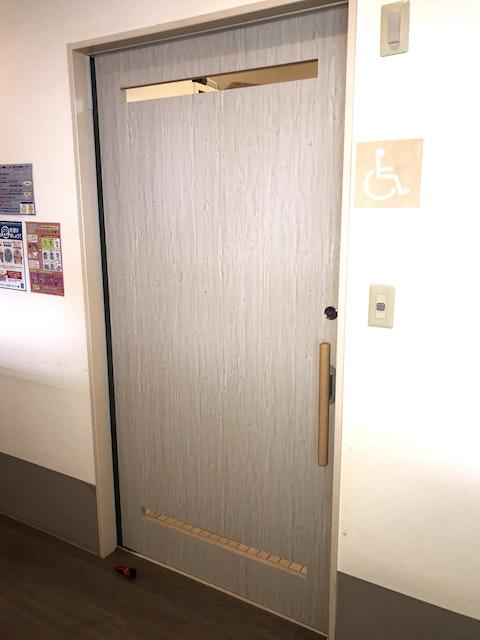 沖縄県 O様 介護施設のトイレ用引き戸