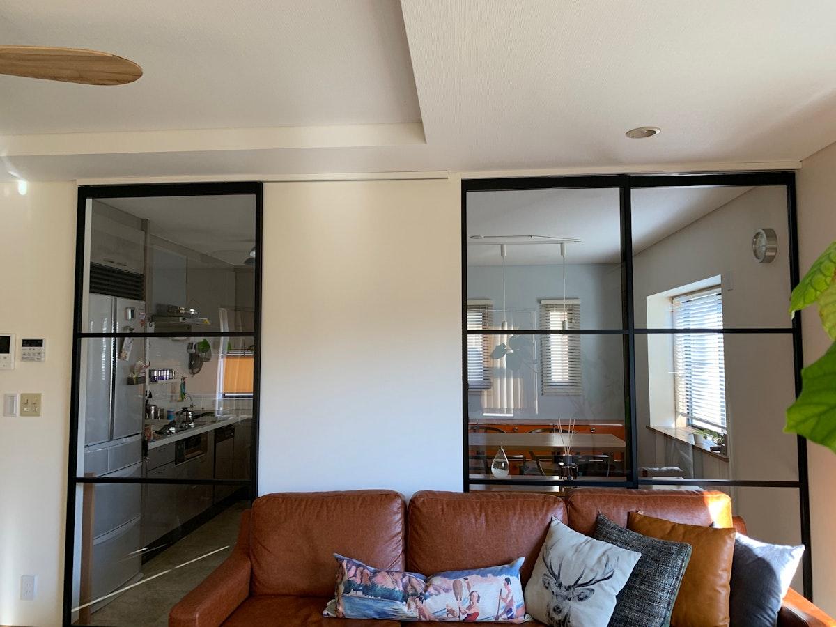 大きなガラスの引き戸 黒の格子の引き戸 アルミフレーム引き戸 ガラス引き戸 カフェ風の部屋
